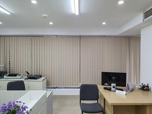 Với mẫu rèm lá dọc này sẽ giúp bừng sáng không gian làm việc của bạn